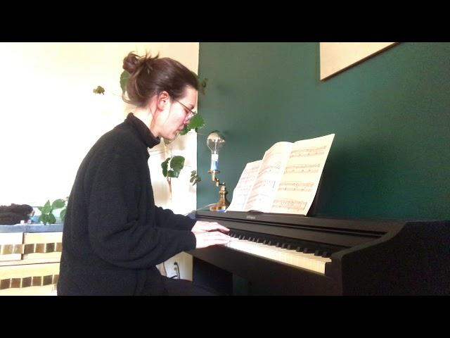 Cours prives de piano:  élève jouant la Gnossienne n. 3 d'Éric Satie