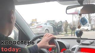 Біля Коростеня від удару з Hyundai автомобіль Ford вилетів на частину розділювальної смуги