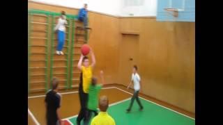 Фрагмент урока физкультуры по обучению игре в баскетбол