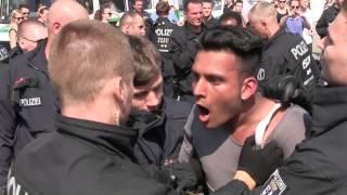 Flüchtlinge werden durch Polizei abgeschlept