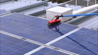 屋上設置型の太陽光パネル洗浄の動画です。 設置角度がないため、汚れの...