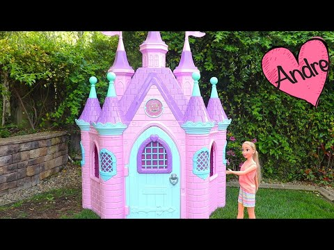 Rapunzel de compras para decorar su castillo y vamos a McDonald's   Muñecas y juguetes con Andre