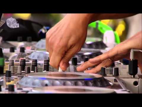 DJ potato playing Bris W - Under Bass at Tomorrowland 2016