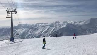 Спуск на горных лыжах на горнолыжном курорте Гудаури Грузия