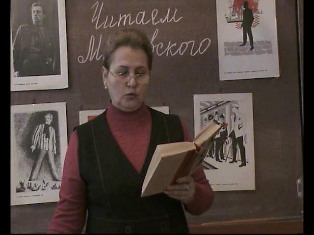 Изображение предпросмотра прочтения – ЛарисаКомарова читает произведение «Стихи о советском паспорте» В.В.Маяковского