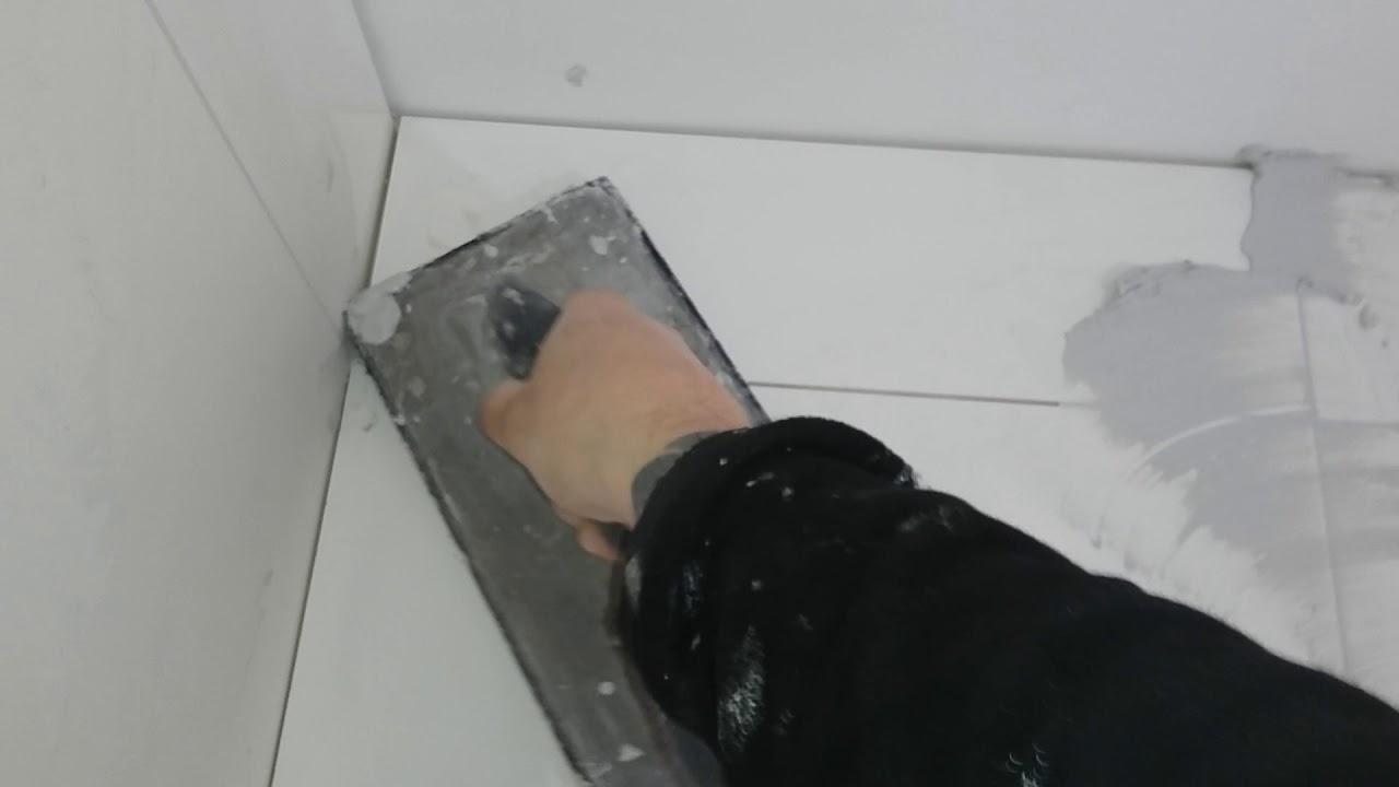 Voegen van badkamer met grote tegels - YouTube