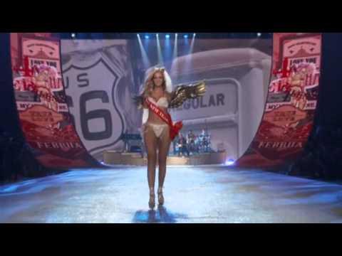 Rihanna Rocks Victorias Secret Fashion Show