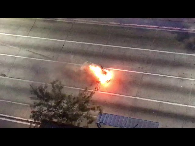 Carro pega fogo na Agamenon Magalhães em Recife/PE