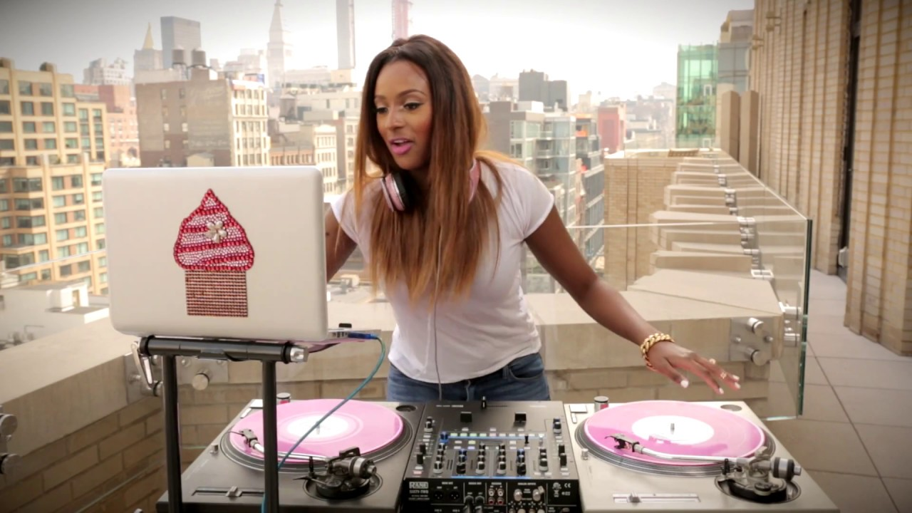 Watch how Skillful Is Dj Cuppy On Her Disk Jokey Set