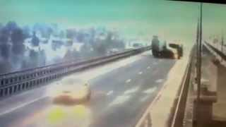 Падение фуры в Татарстане (Мамадыш) с моста в реку Вятка - Видео(Авария произошла на мосту через реку Вятка в районе города Мамадыш - http://arqure.ru/padenie-fury-v-tatarstane-mamadysh-s-mosta-v-reku-popal..., 2015-10-08T19:59:04.000Z)