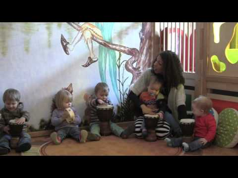 Trommeln mit den Krippenkindern (Musikkindergarten Kita Bunte Töne)