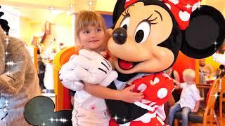 Парк Диснейленд Париж принцессы пришли на аттракционы   Парад Disneyland Park Paris