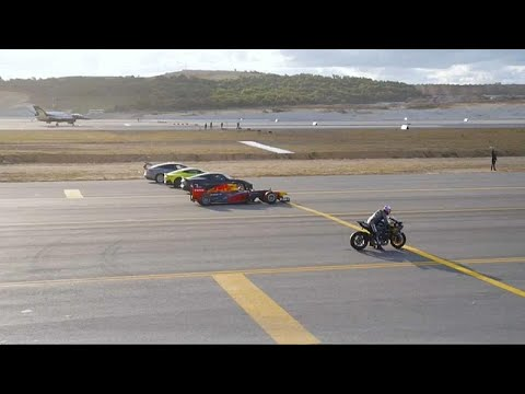 شاهد: دراجة نارية تتحدى سيارات السباق وطائرة حربية  - نشر قبل 43 دقيقة