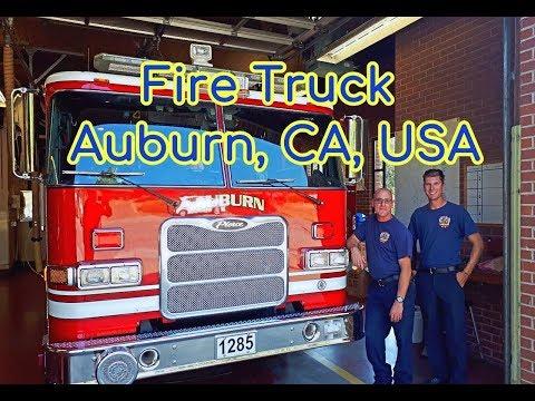 Пример того, как должна выглядеть пожарная машина и пожарные. Auburn, CA, USA.