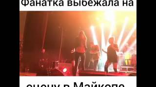Фанатка Егора Крида во время концерта выбежала на сцену