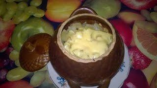 видео Мясо с грибами и сыром в горшочках