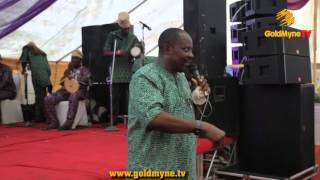 SUNDAY OMOBOLANLE AKA ALUWE ANNOUNCES DEATH OF MOTHER DURING PERFORMANCE ON STAGE
