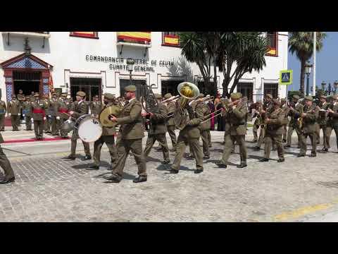 Desfile militar tras la entrega del Aleo a la Virgen de África