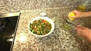 Салат из зелёного горошка с овощами нежный.