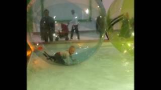 Бегаем в большом шаре по воде  Играем в детском развлекательном центре