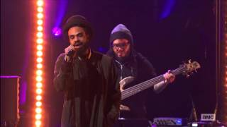 The Roots Live sings