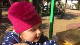 Катя рыбачит Аттракцион Маша и медведь Детское видео