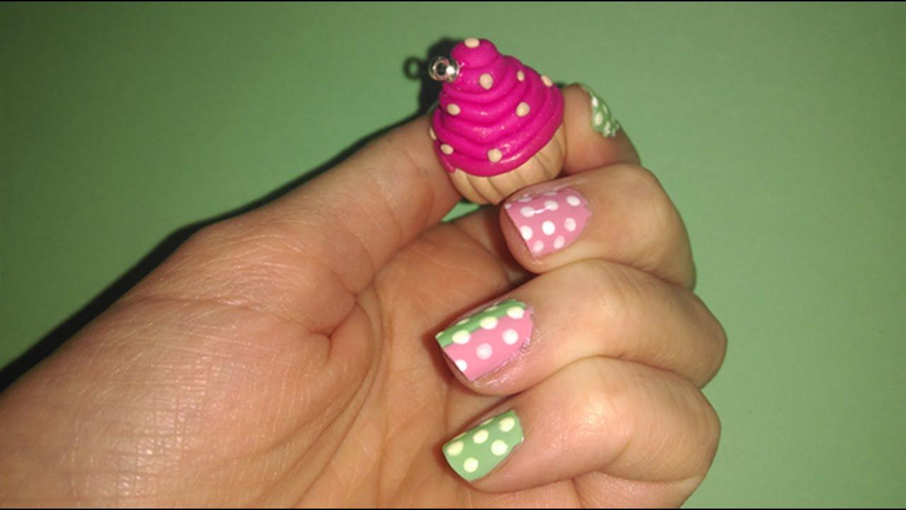 Diseño de uñas rosa y verde con puntitos blancos