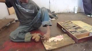 Bhoutan: Le sculpteur aux pieds nus