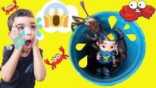 Boneco do Luccas Neto! Lucas jogou no balde com caranguejos