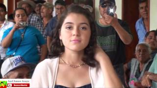 El Gallito de Oaxaca le canta a una Zoquiteca frente al publico.