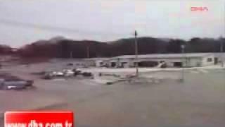 Цунами  в Японии (новое видео 2)(Еще одна съемка цунами в Японии!, 2011-04-13T17:10:35.000Z)