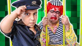 MC Divertida finge BRINCAR de ser POLICIAL e prende BABÁ ESQUISITA Pretend play with Police Costume