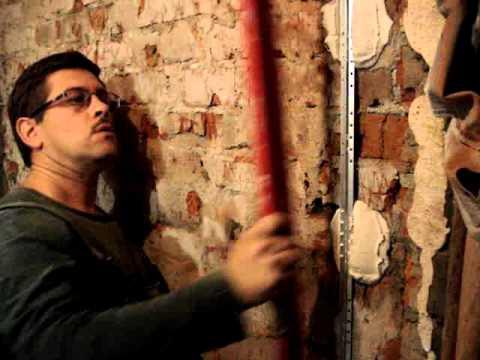 установка металлического штукатурного маяка и нахождение прямого угла между стенами