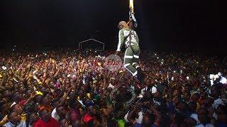 NOMA: Harmonize aingia uwanjani Tandahimba akining'inia ANGANI kwenye kamba iliyofungwa kwenye crane