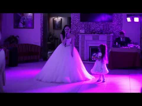 Невеста и малышка дочка поют папе, Песня подарок мужу на свадьбу
