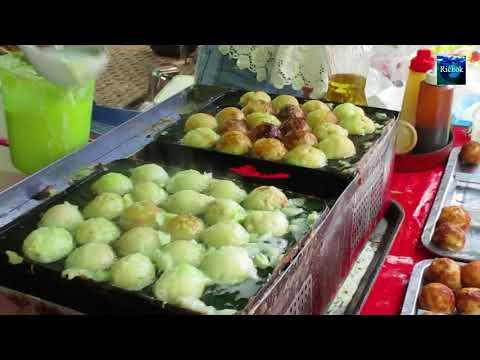 ทาโกะยากิ พ่อค้ากำลังทำ กรอบนอกนุ่มในดูเหมือนดาวอังคารกินได้ในงานรับปริญญาศิลปากร นครปฐม : Takoyaki
