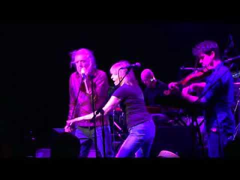 Robert Plant & Chrissie Hynde - 2000 Miles...