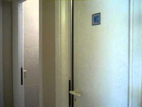 Un uomo può entrare nel bagno delle donne!! - YouTube