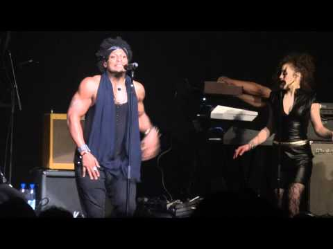 "D'Angelo Performing his new song ""Sugar Daddy"""