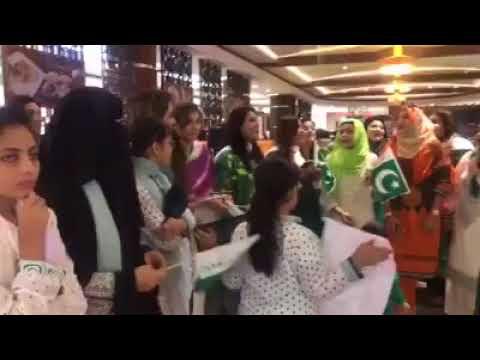 Pakistani womens singing saare jahan se acha hindustan hamara with pakistani flag