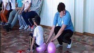 видео Веселые игры и эстафеты для детей дошкольного возраста, для средней группы детского сада
