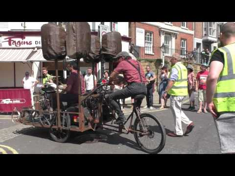 La Dinamo live in the old town hastings (SCOOTERCAM)