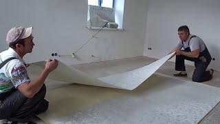 видео Как клеить флизелиновые обои: клеим метровые на потолок