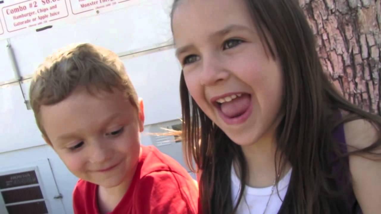 12-jähriges mädchen mit einem 9-jährigen jungen