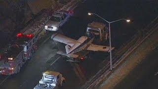 Avião aterra em autoestrada