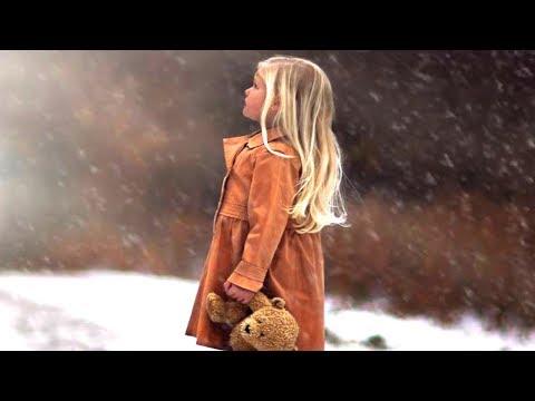 Эта девчушка брела босиком по снегу и на неё никто не обращал внимание... И тут вдруг...