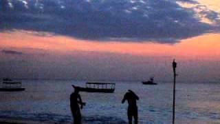 海辺で踊る若者たち1。