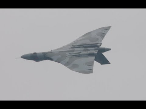 XH558 Vulcan Bomber almost Barrel rolled and howls during validation flight at Farnborough airshow