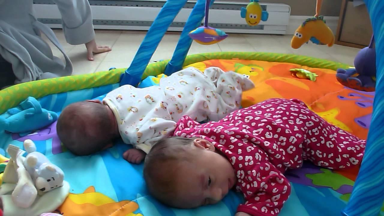 Bebes Jumeaux Sur Tapis D Eveil Youtube