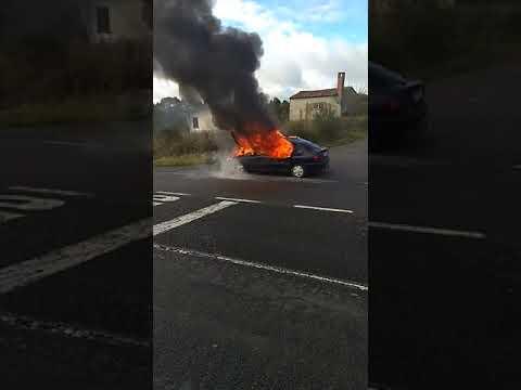 As chamas devoran un coche na N-540, en Portomarín